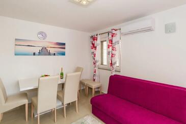 Vodice, Obývací pokoj v ubytování typu apartment, s klimatizací, domácí mazlíčci povoleni a WiFi.