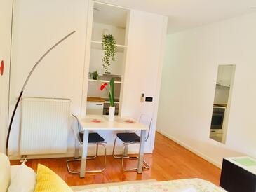 Zagreb, Eetkamer in the studio-apartment, (pet friendly) en WiFi.