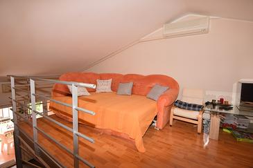 Pula, Living room in the apartment, air condition available and WiFi.