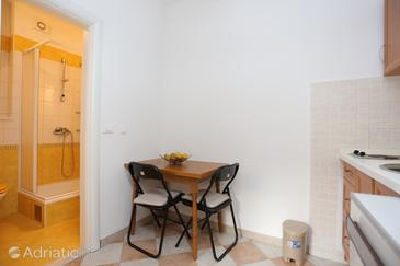 Slatine, Dining room in the studio-apartment, (pet friendly) and WiFi.