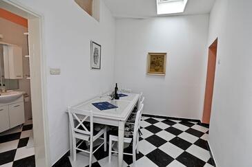 Sućuraj, Eetkamer in the apartment, (pet friendly) en WiFi.