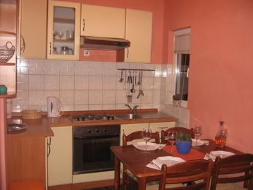 Sućuraj, Kitchen in the apartment, (pet friendly) and WiFi.
