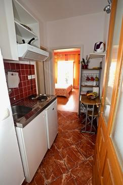 Sućuraj, Kuchyně v ubytování typu studio-apartment, s klimatizací, domácí mazlíčci povoleni a WiFi.