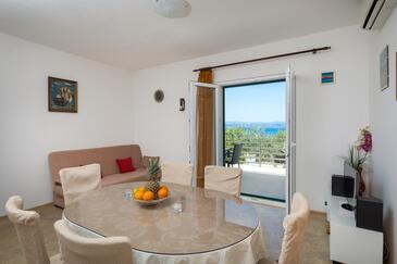Rogač, Jídelna v ubytování typu house, s klimatizací a WiFi.