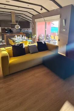 Crikvenica, Obývacia izba v ubytovacej jednotke apartment, klimatizácia k dispozícii, domáci miláčikovia povolení a WiFi.