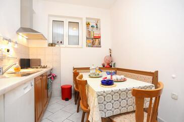 Podgora, Jídelna 1 v ubytování typu apartment, domácí mazlíčci povoleni a WiFi.