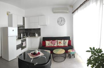 Arbanija, Obývacia izba v ubytovacej jednotke apartment, klimatizácia k dispozícii, domáci miláčikovia povolení a WiFi.