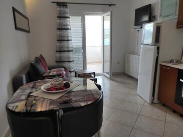Arbanija, Dnevni boravak u smještaju tipa apartment, dostupna klima, kućni ljubimci dozvoljeni i WiFi.