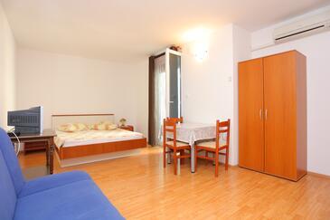 Trogir, Jedáleň v ubytovacej jednotke studio-apartment, klimatizácia k dispozícii a WiFi.