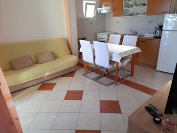 Vodice, Dnevni boravak u smještaju tipa apartment, dostupna klima, kućni ljubimci dozvoljeni i WiFi.
