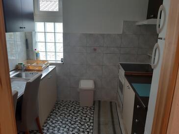 Selce, Kuchyně v ubytování typu studio-apartment, domácí mazlíčci povoleni a WiFi.