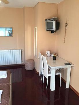 Biograd na Moru, Jídelna v ubytování typu studio-apartment, WiFi.