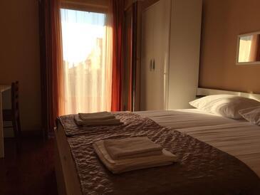 Biograd na Moru, Ložnice v ubytování typu room, s klimatizací a WiFi.