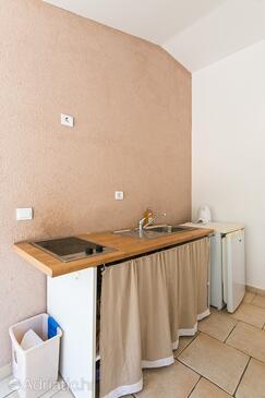 Brela, Kuhinja u smještaju tipa studio-apartment, kućni ljubimci dozvoljeni i WiFi.