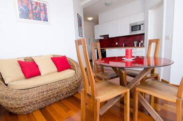 Murter, Obývací pokoj v ubytování typu apartment, s klimatizací, domácí mazlíčci povoleni a WiFi.