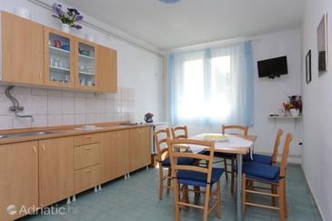 Supetar, Blagovaonica u smještaju tipa apartment, dostupna klima i WiFi.