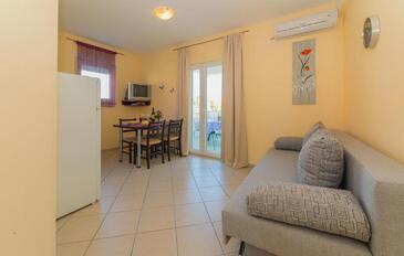 Pakoštane, Obývací pokoj v ubytování typu apartment, s klimatizací a WiFi.