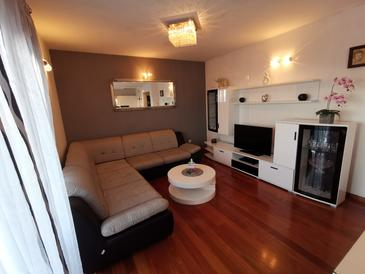 Klis, Living room in the apartment, air condition available, (pet friendly) and WiFi.
