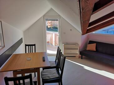 Lopar, Jídelna v ubytování typu apartment, s klimatizací, domácí mazlíčci povoleni a WiFi.