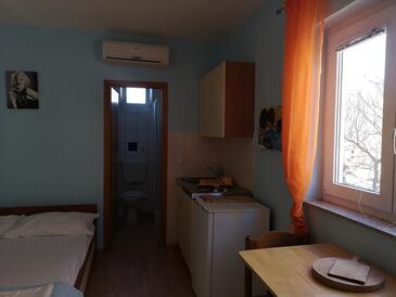 Lopar, Jídelna v ubytování typu studio-apartment, domácí mazlíčci povoleni a WiFi.