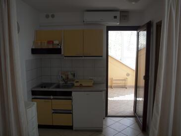 Vir, Kuchyňa v ubytovacej jednotke studio-apartment, klimatizácia k dispozícii a WiFi.