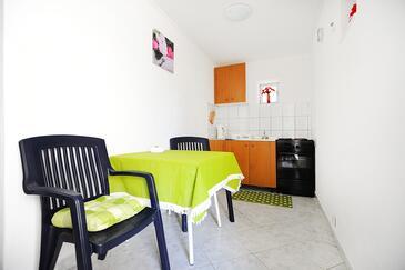Okrug Donji, Eetkamer in the studio-apartment, WiFi.