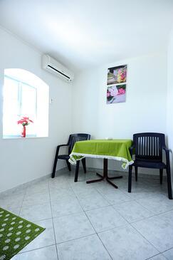 Okrug Donji, Jedáleň v ubytovacej jednotke studio-apartment, klimatizácia k dispozícii a WiFi.