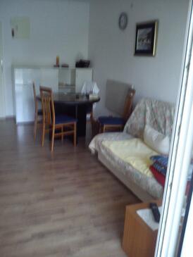 Jadranovo, Dnevni boravak u smještaju tipa apartment, dostupna klima, kućni ljubimci dozvoljeni i WiFi.