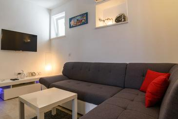 Arbanija, Living room in the apartment, air condition available, (pet friendly) and WiFi.
