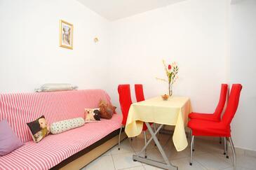 Baška Voda, Jídelna v ubytování typu apartment, domácí mazlíčci povoleni a WiFi.