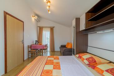 Vir, Dining room in the studio-apartment, air condition available and WiFi.