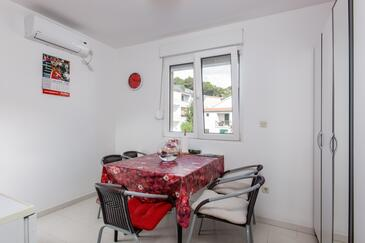 Duće, Dining room in the studio-apartment, air condition available, (pet friendly) and WiFi.