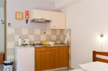 Duće, Kitchen in the studio-apartment, (pet friendly) and WiFi.