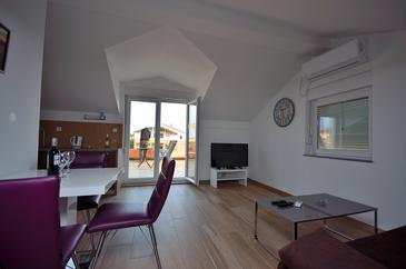 Tribunj, Living room in the studio-apartment, air condition available, (pet friendly) and WiFi.
