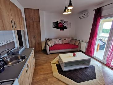 Vodice, Obývacia izba v ubytovacej jednotke apartment, klimatizácia k dispozícii a WiFi.