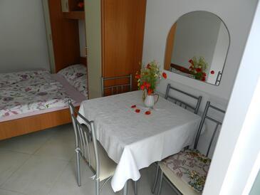 Sveti Vid, Jídelna v ubytování typu studio-apartment, domácí mazlíčci povoleni a WiFi.