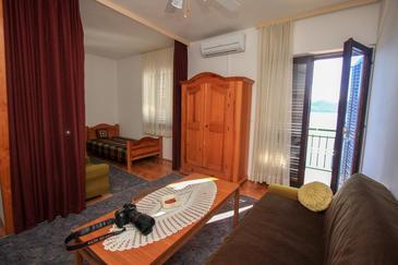 Klek, Living room in the studio-apartment, air condition available and WiFi.