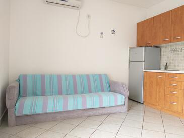 Njivice, Dnevni boravak u smještaju tipa apartment, dostupna klima, kućni ljubimci dozvoljeni i WiFi.