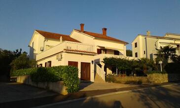 Njivice, Krk, Hébergement 17010 - Appartements et chambres avec une plage de galets.