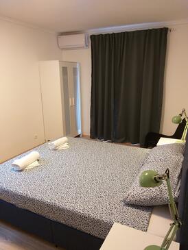 Njivice, Spavaća soba u smještaju tipa room, dostupna klima i WiFi.