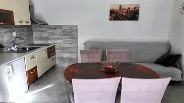 Marina, Sufragerie în unitate de cazare tip apartment, aer condiționat disponibil şi WiFi.