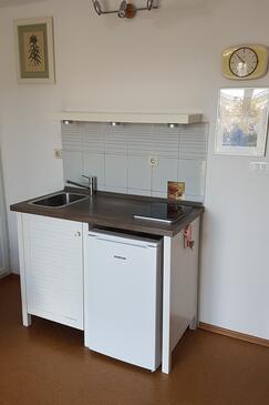 Splitska, Kuchyně v ubytování typu studio-apartment, domácí mazlíčci povoleni a WiFi.