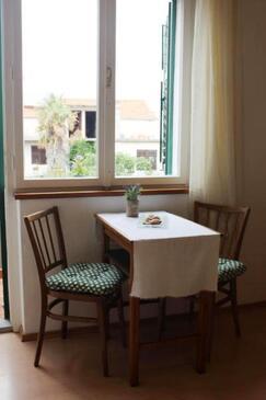 Murter, Jídelna v ubytování typu studio-apartment, domácí mazlíčci povoleni a WiFi.