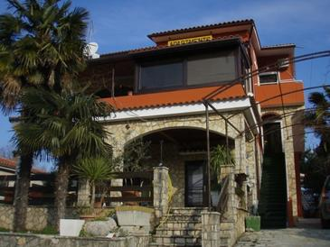 Njivice, Krk, Объект 17065 - Апартаменты с галечным пляжем.
