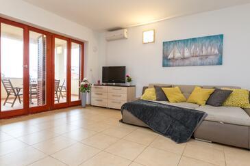 Novalja, Dnevni boravak u smještaju tipa apartment, dostupna klima i WiFi.