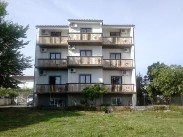 Sveti Filip i Jakov, Biograd, Объект 17114 - Апартаменты вблизи моря с галечным пляжем.