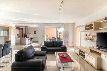 Pješčana Uvala, Obývací pokoj 1 v ubytování typu house, s klimatizací a WiFi.
