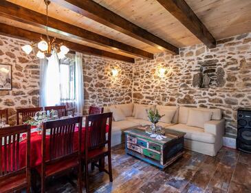 Bogatić, Obývacia izba v ubytovacej jednotke house, domáci miláčikovia povolení a WiFi.