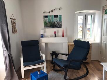 Kaštel Kambelovac, Obývací pokoj v ubytování typu studio-apartment, s klimatizací, domácí mazlíčci povoleni a WiFi.