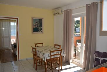 Supetarska Draga - Donja, Comedor in the apartment, air condition available, (pet friendly) y WiFi.